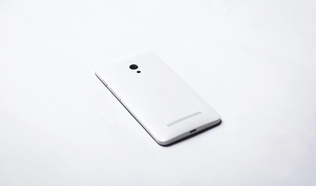 móbil blanco sobre fondo blanco